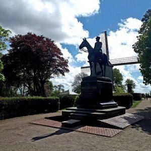 Statue du Maréchal Foch devant le Moulin de Cassel